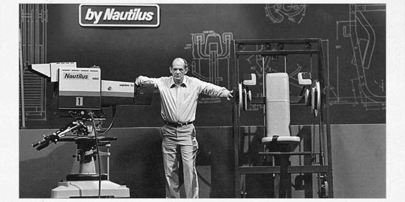 Foto de Arhut Jones con dos máquinas Nautilus.