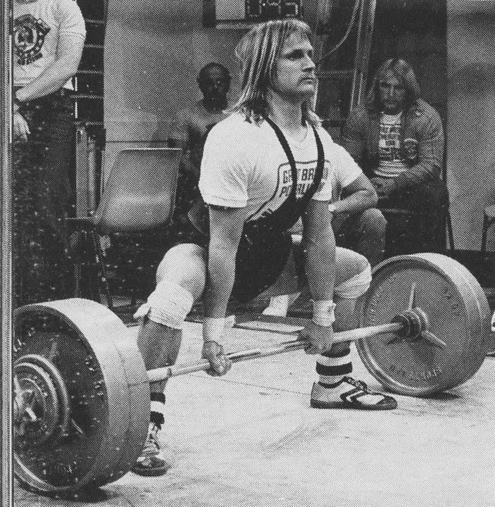 Foto de un hombre haciendo un peso muerto sumo